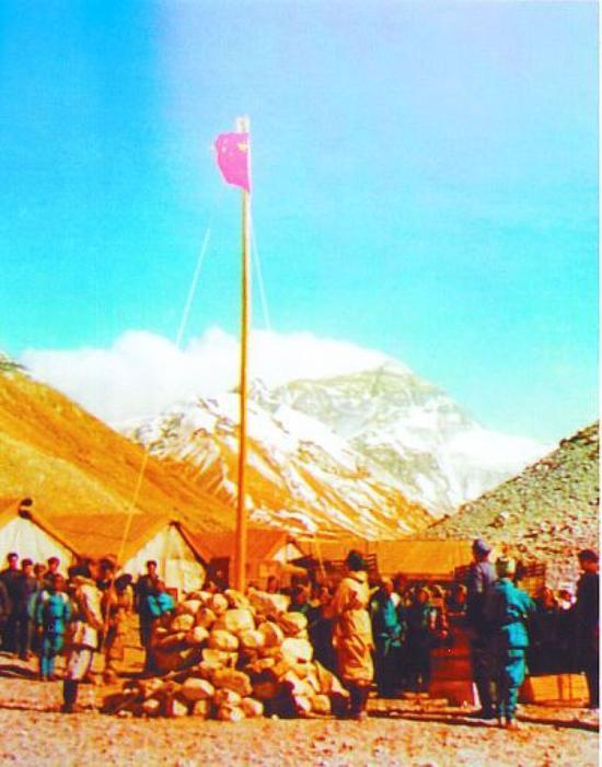 ↑在5120米大本营举行升旗仪式。本文图片由翁庆章提供
