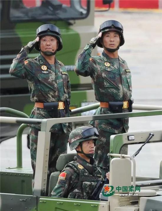 薛今峰少将(左)