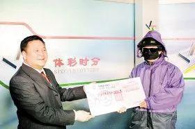孙宪斌(左)颁奖