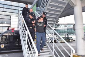 △嫌疑人被押解回國。警方供圖