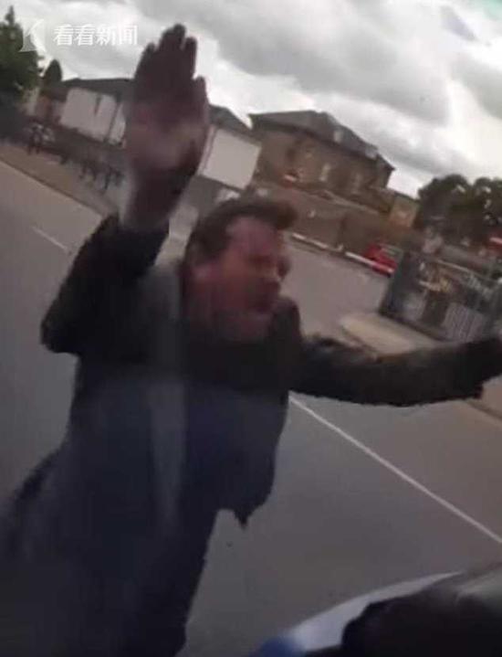 男子不出示公交卡辱骂殴打公交司机 最后遭众人怒打