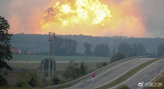 乌克兰北部伊奇尼亚处一样栋军火库发生爆裂