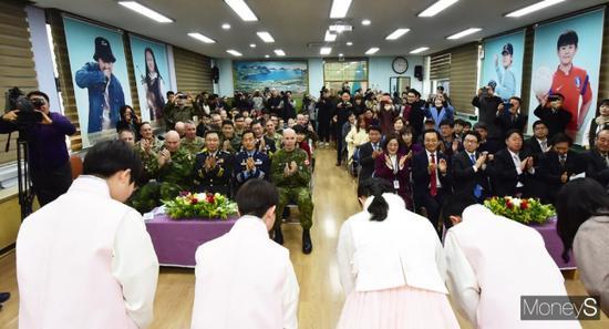 毕业生向嘉宾行礼。