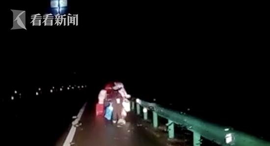 情侣吵架女子开车跑了 男友赶紧去追惹了大麻烦
