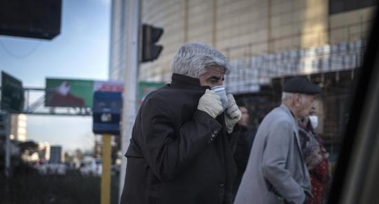 △伊朗德暗兰,别名外子戴着口罩出走。(图片来源:新华社)