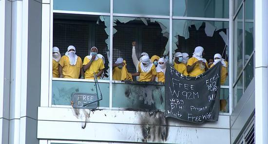 美一监狱发生骚乱 数十名囚犯纵火打砸 现场一片混乱