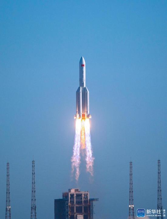 """↑5月5日,为我国载人空间站工程研制的长征五号B运载火箭在海南文昌首飞成功,正式拉开我国载人航天工程""""第三步""""任务的序幕。新华社记者 蒲晓旭 摄"""