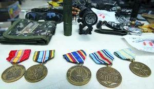 (伊拉克一个市场内的美军旧货物资货摊,其中有大量美军弃置的军功章)