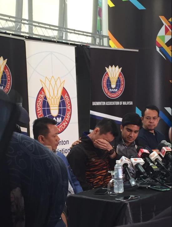 李宗伟宣布退役,掩面哭泣。(马来西亚《星洲日报》)