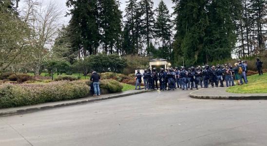 华盛顿州州长官邸前的防暴警察(推特)