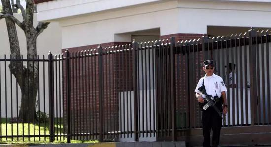 ▲资料图片:安保人员在美国驻萨尔瓦多大使馆执勤。(美联社)
