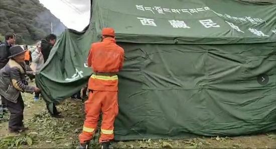 救援人员在搭建帐篷。通讯员夏明勇 摄