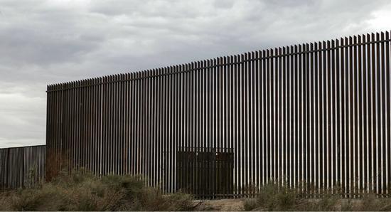 图为片面落成的边境墙。(图:法新社)