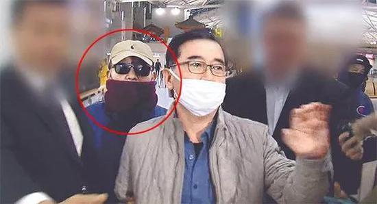 """""""真假金学义""""22日晚间在机场被媒体围堵,图中左二为真金学义,左三为假金学义。(图源:韩国《中央日报》)"""