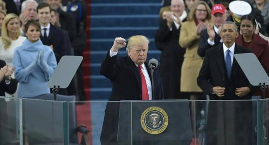(2017年1月20日,特朗普宣誓就职,奥巴马在他身后。图/Getty Images)