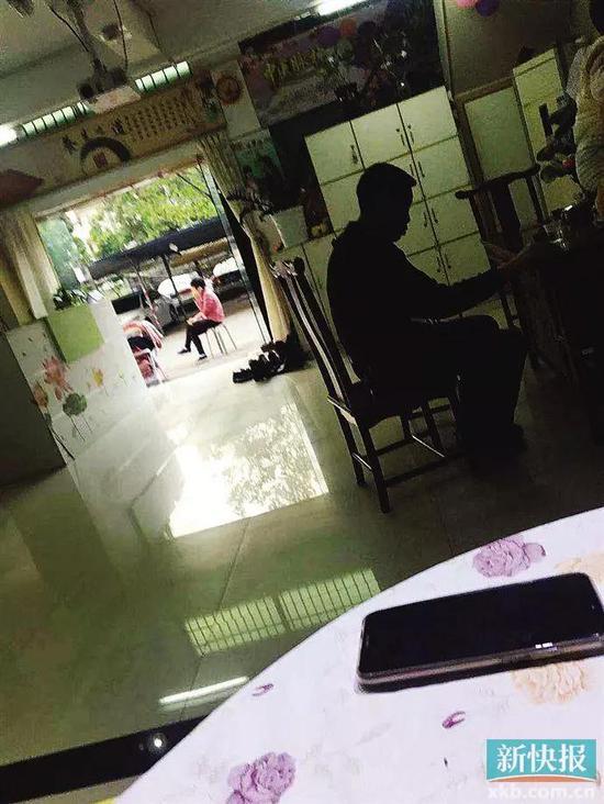 ■做事人员给记者演示产品时,有来做理疗的会员在等候。