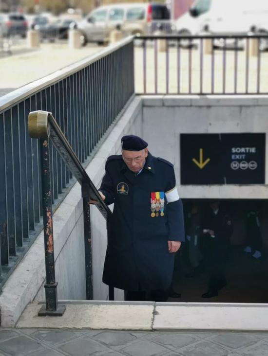 △前来参加欢迎仪式的法国老战士(央视记者张晓鹏拍摄)