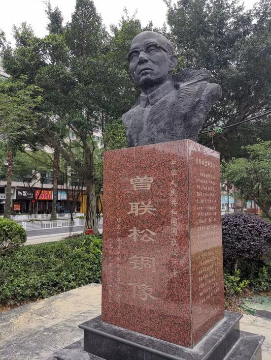 5月22日,瑞安曾联松广场上的曾联松雕像。王俊禄 摄