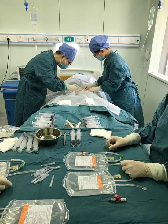 骨髓采集现场,部分采集用具