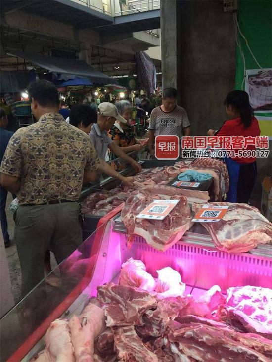 ▲市民在淡村市场购买冷鲜肉。
