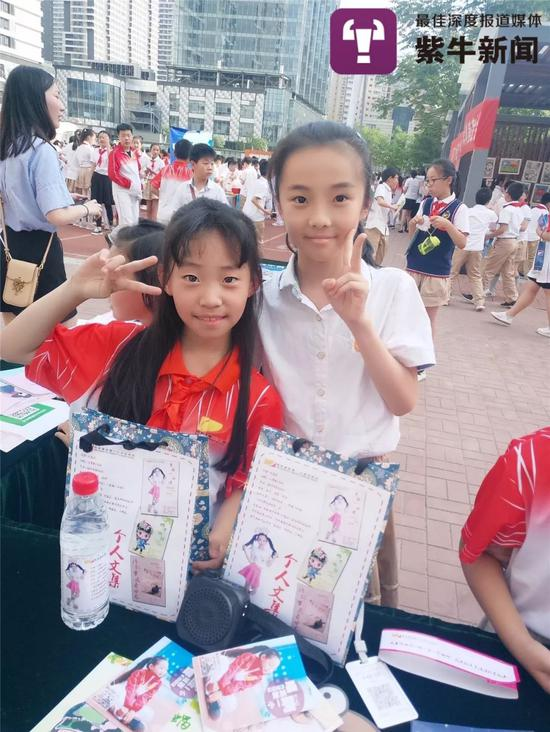 小Kimi(左)参加公益活动