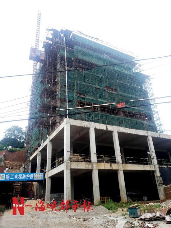 10层违建拔地而起:房主称有各种社会关系 政府不敢拆
