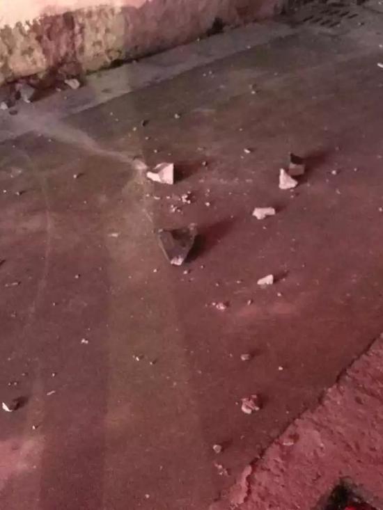 嵊州鹿山路上一栋民宅的屋顶被砸穿 是掉落的陨冰?