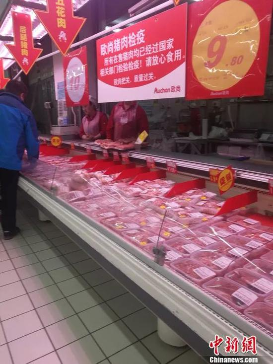 图为超市猪肉区悬挂的条幅。 谢艺不益看 摄