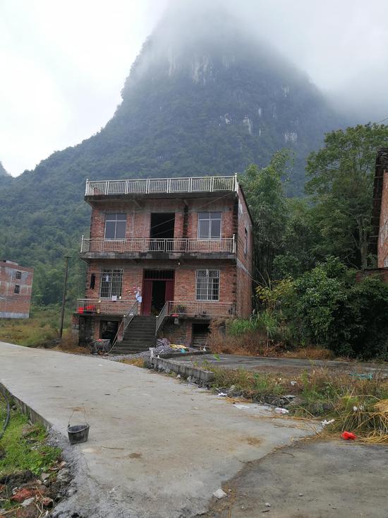 在2015年第一次作案之前,覃志钢用打工攒下来的钱建了一栋两层红砖房。澎湃讯息记者 朱远祥 摄
