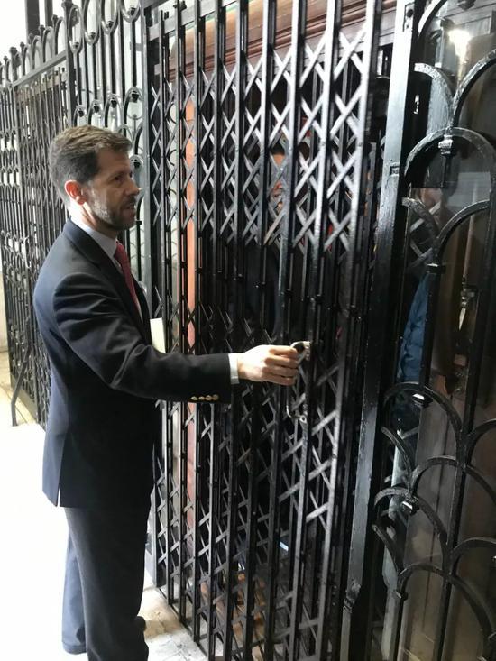 △当天在议会大厦拍摄的记者乘坐这部一百多岁的电梯到达二楼贵宾厅。这部古旧的电梯被特意保留在历史建筑里继续提供服务。(央视记者许永松拍摄)