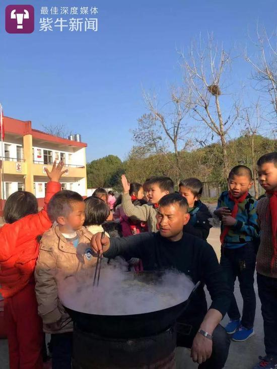 孩子们都很积极地帮着章校长做菜