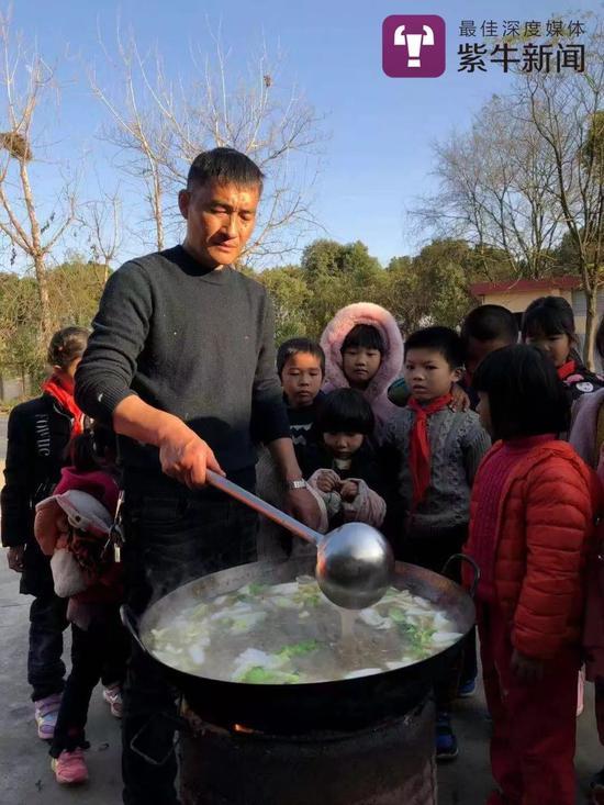 章校长在给孩子们做菜