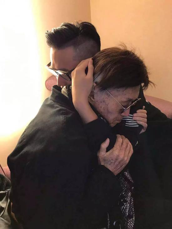 傅达仁和儿子拥抱。受访者供图
