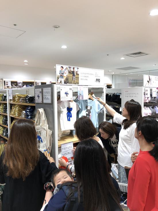 但也有网友表示部分店面出现了混乱,店内有许多中国消费者。