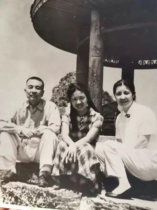 1959年陶斯亮与父亲陶铸、母亲曾志在庐山