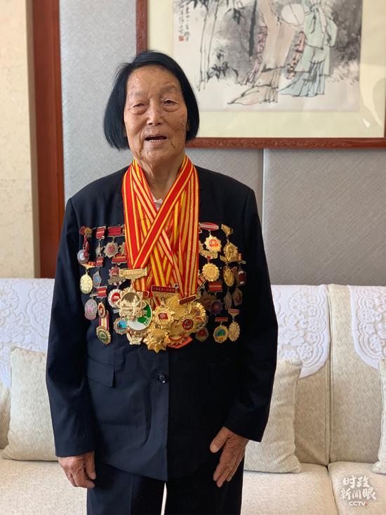 △申纪兰获得的奖章有多少块,她说她自己也数不清。(央视记者沈忱拍摄)