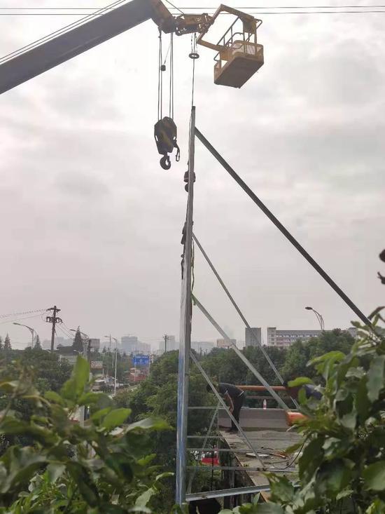 12日上午断面旁,工作人员正在施工。摄影/本刊记者董洁旭