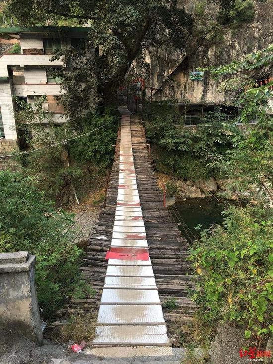 铁桥村200多年历史的铁索危桥。