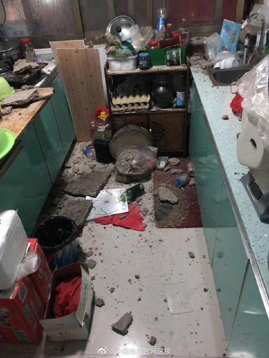 震后,有居民家中房屋砖石掉落。图片来源:中国地震台网官方微博
