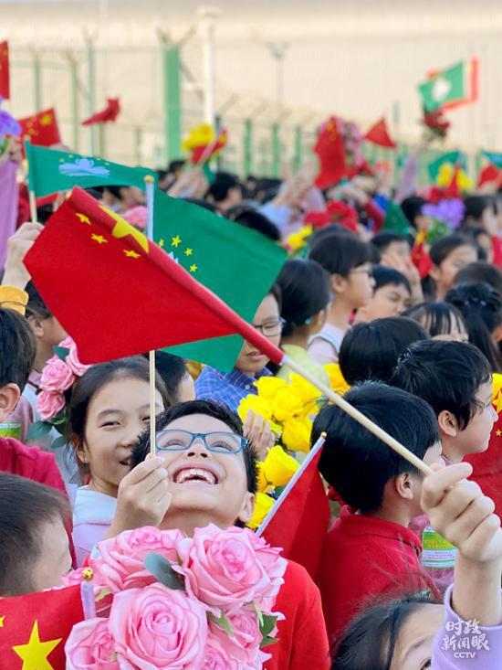 △花团锦簇,笑容绚烂,孩子们期待习主席的到来。(国广记者李晋、央视记者郁振一拍摄)
