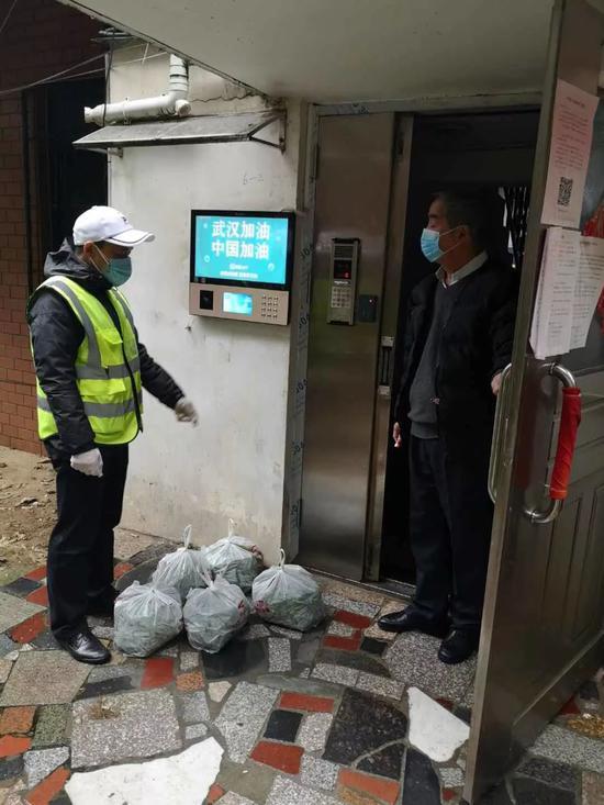汉阳龙阳街龙阳湖社区给居民送菜上门 通讯员 熊伟 供图