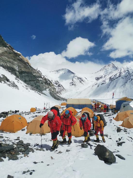 2020珠峰测量登山队队长次落与大本营通话。扎西次仁摄