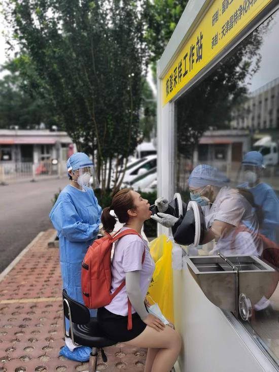 """采样人员上午进""""舱""""!北京首个核酸采样工作站投入使用"""