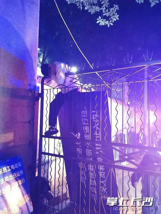 大学生凌晨翻墙手被铁围栏刺穿 在铁门上挂2个多小时