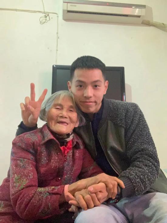 △张佳港和外婆近期合影图片由受访者提供