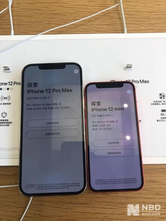 iPhone12 Pro Max与iPhone 12 mini对比。 图片来源:每经记者 王晶 摄