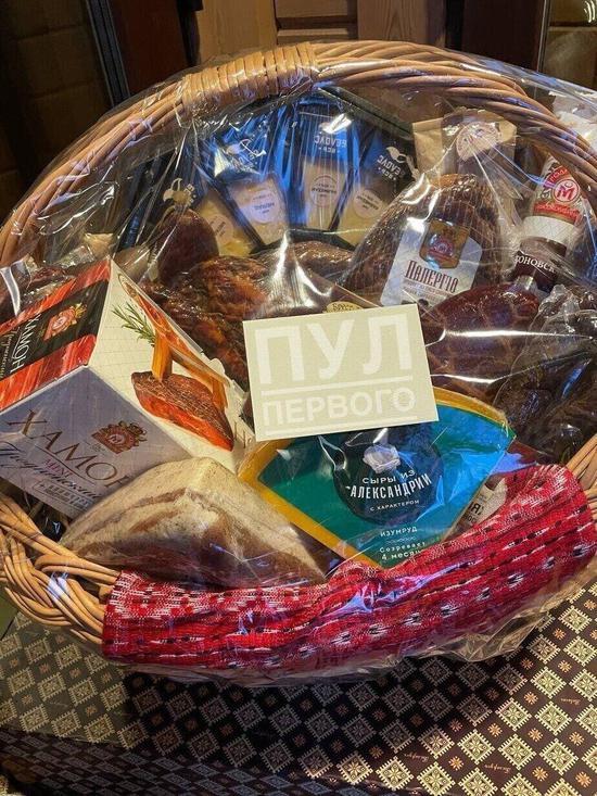 卢卡申科给普京送上了一篮子的白俄罗斯食品。图源:俄罗斯卫星通讯社