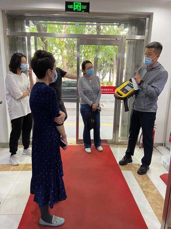 香河园街道政务服务中心工作人员接受AED使用培训
