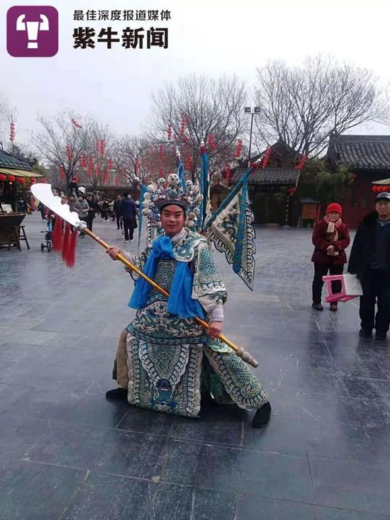 孙怀生在清明上河园景区里表演