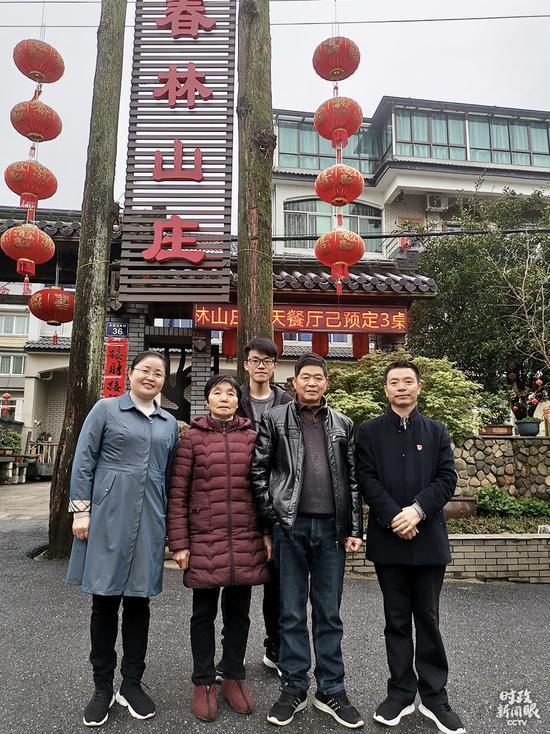 △潘春林(右一)全家人合影。(总台央视记者王晓东拍摄)